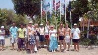 Plajda saygı duruşu