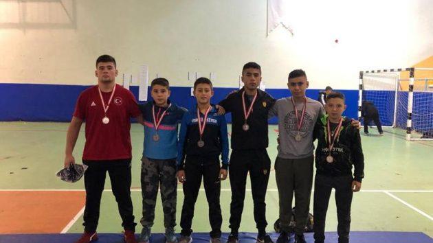 Şampiyonlar Kürsüde